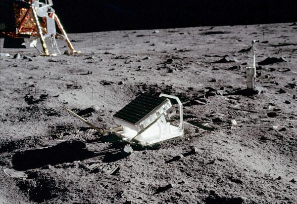 月面に設置されたレーザー反射板の写真