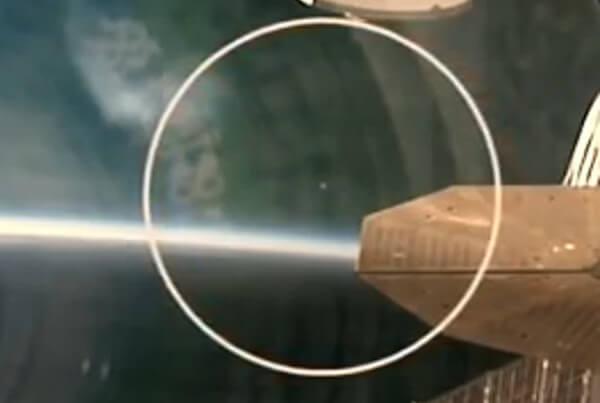 ISSからの中継中にUFOが写りこんだ画像