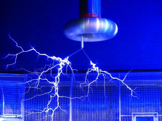 テスラコイルが放電している画像
