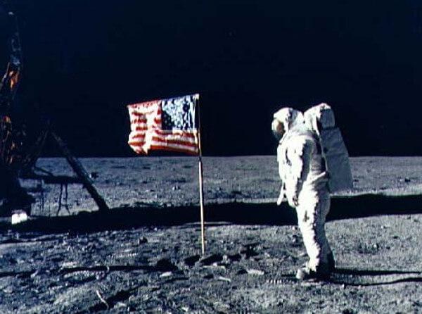 月面でアメリカ国旗がたなびく様子の画像