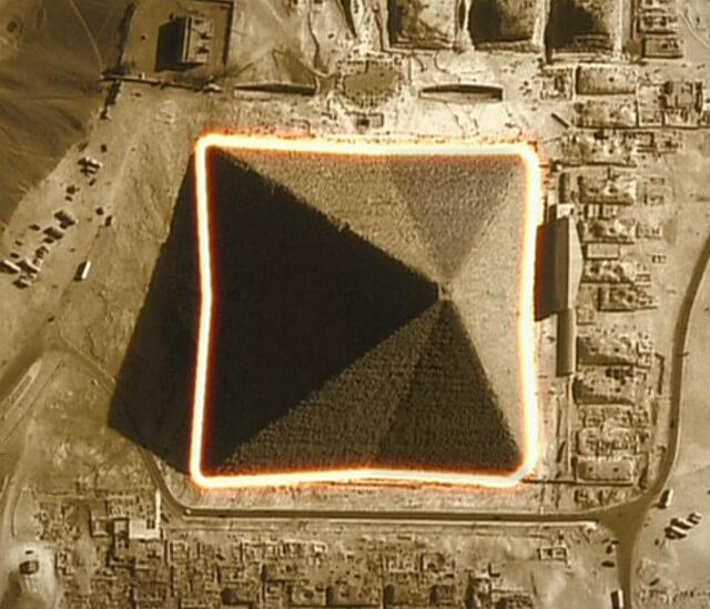 ピラミッド上空から見た画像