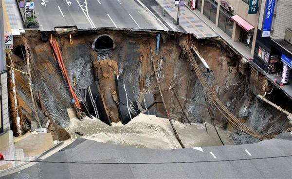博多駅前の陥没穴
