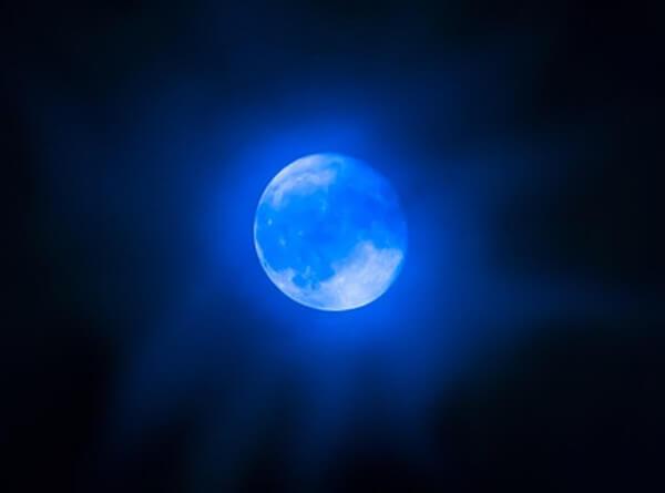 青い月の画像
