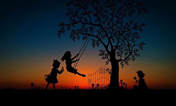 公園で遊んでいる子供たちのイラスト