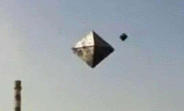 ピラミッド型UFOの画像
