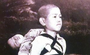 「焼き場に立つ少年」の写真