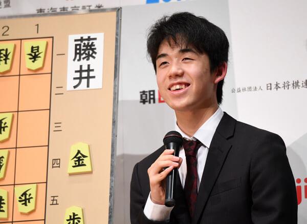 藤井聡太棋士の写真