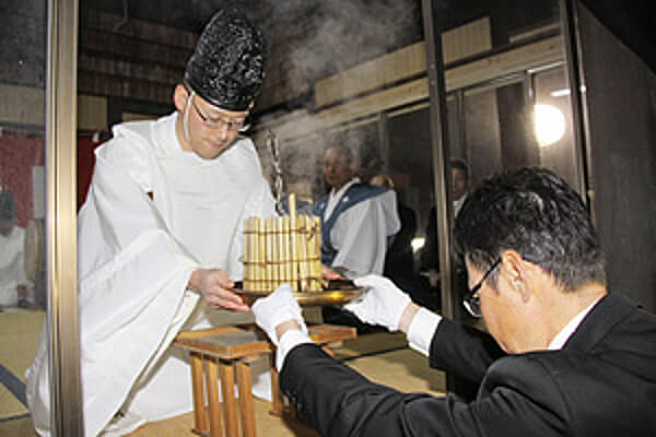 箕輪南宮神社の粥占いの様子