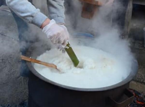 八幡神社の粥占いの様子