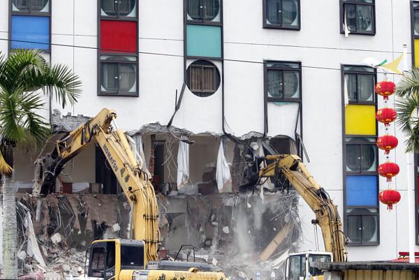 台湾地震で倒壊したホテルの解体作業現場の写真