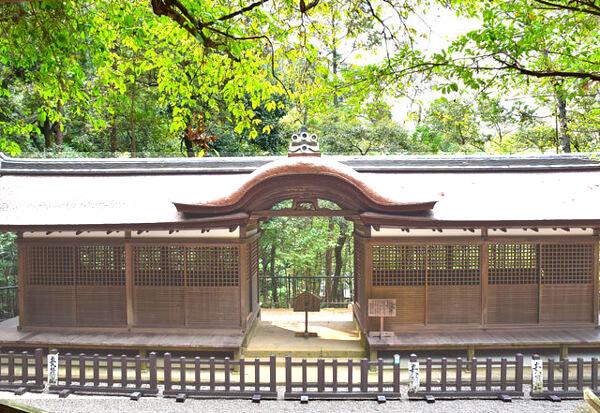 石上神宮摂社出雲建雄神社割拝殿の写真