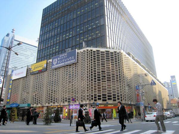 JR新橋駅前のニュー新橋ビルの写真