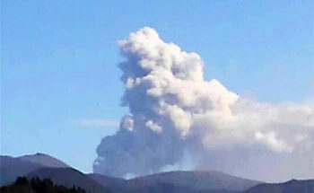 新燃岳の爆発的噴火の写真