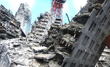 地震で倒壊したビルの写真