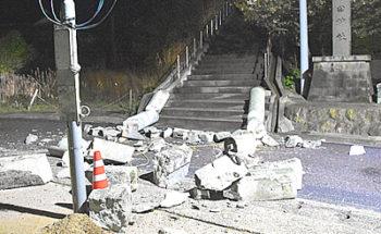 島根県の地震で倒壊した鳥居の写真