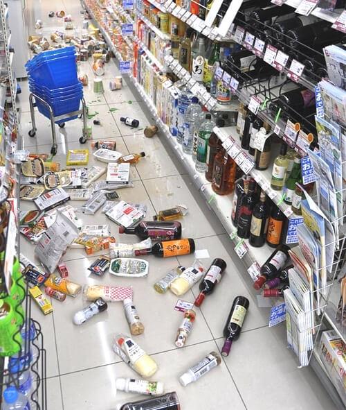 島根地震で商品が散乱したコンビニの写真