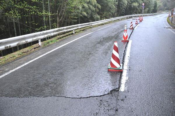島根地震で発生した道路の亀裂の写真