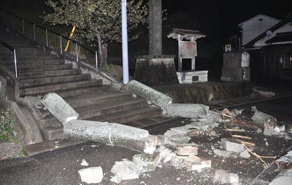 倒壊した苅田神社の鳥居の写真