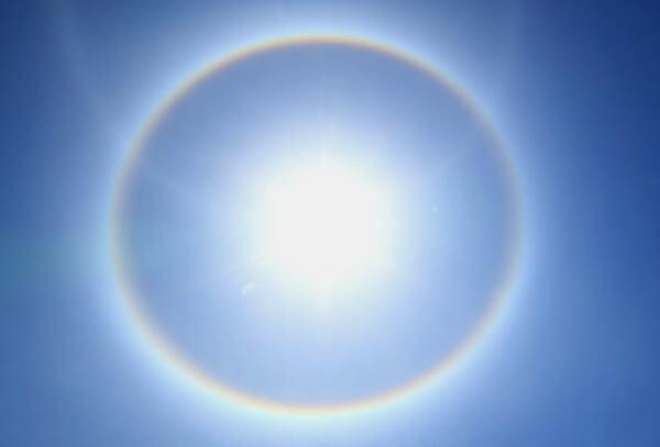 日暈、ハロ現象、虹色現象の写真