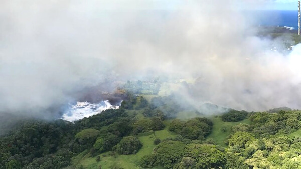 キラウエア火山の噴火によって蒸発している湖の写真