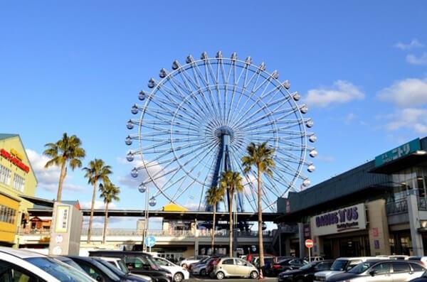 福岡県のショッピングモールにある観覧車の写真