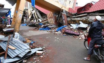 インドネシアの大地震で倒壊した町並みの写真