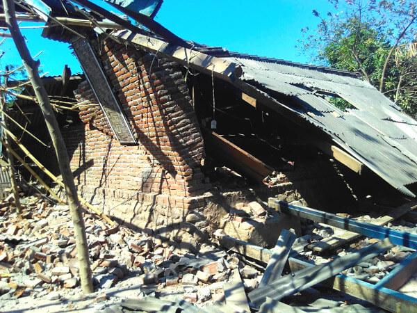 ロンボク島の大地震で倒壊した家屋の写真