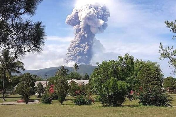 ソプタン山の噴火の写真