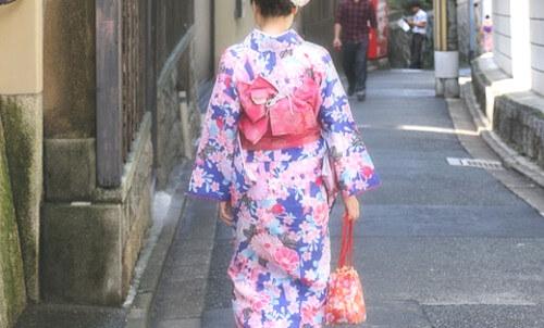 着物を着た女性の写真