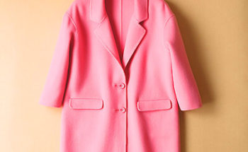 ピンク色のコートの写真