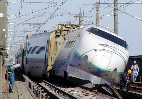 新潟県中越地震で脱線した上越新幹線の写真