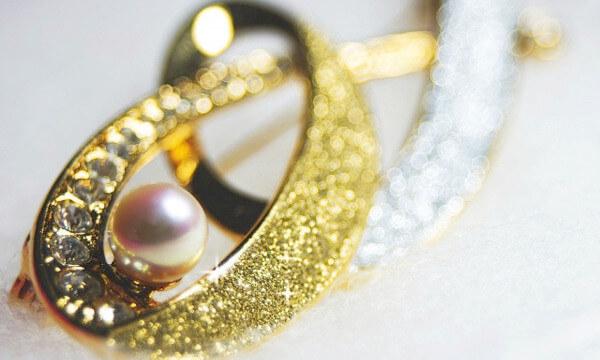 真珠のブローチ