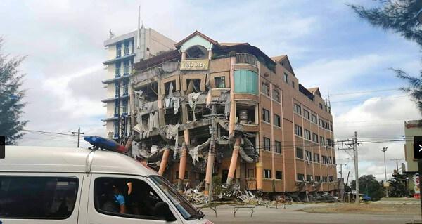 フィリピン大地震で倒壊した建物の写真