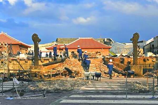 首里城の火災で残った「龍柱」の写真