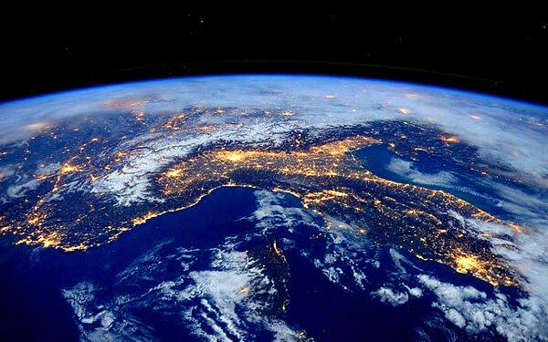 宇宙から見た地球の写真
