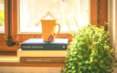 本とコーヒーの写真