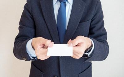 名刺を差し出す人の写真