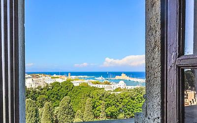 窓から見える海の写真