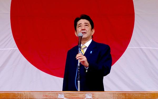 安倍首相と日本国旗の写真