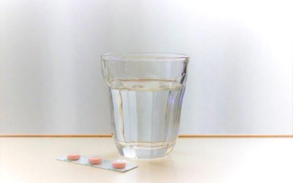 コップに入った水の写真