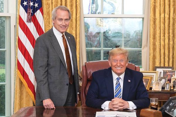 ドナルド・J・トランプ大統領とリンウッド弁護士の写真